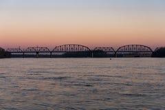 在肯塔基&印第安纳终端铁路桥梁-俄亥俄河、路易斯维尔、肯塔基& Jeffersonville,印第安纳的日落 库存图片