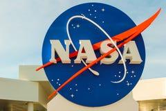 在肯尼迪航天中心的美国航空航天局标志在佛罗里达 免版税库存照片