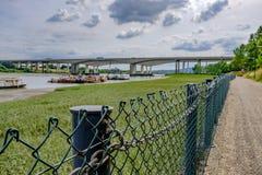 在肯特和出海口看见的感潮河,处于低潮中显示河 库存照片