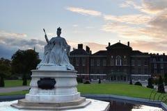 在肯辛顿宫殿伦敦前面的女王维多利亚雕象 免版税图库摄影