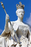 在肯辛顿宫殿的女王维多利亚雕象在伦敦 库存图片