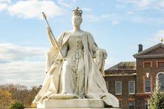 在肯辛顿庭院的女王维多利亚的雕象 免版税库存图片