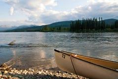在育空河的独木舟在加拿大 库存照片