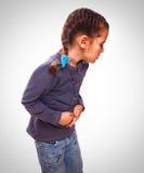 在胃,腹部的一点病态的儿童女孩痛苦 图库摄影