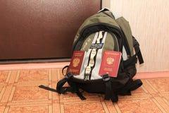 在背包的俄国护照和 免版税库存图片
