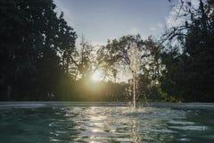 在背后照明的美丽的喷泉 库存图片