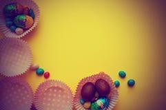 在背景做的五颜六色的鸡蛋和创造性的复活节布局 圈子花圈舱内甲板位置概念 图库摄影