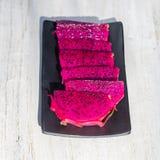 在背景关闭的异乎寻常的桃红色龙果子裁减 Pitahaya纹理照片 甜热带水果,水多的pitaya裁减 免版税库存照片