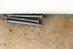 在背景和纹理的老金属钉子 免版税库存照片