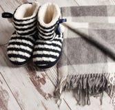 在背景地板上的温暖的拖鞋 免版税库存照片