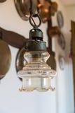 在背景墙壁的葡萄酒灯有古色古香的铜器物的 库存照片