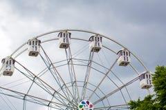 在背景多云天空的弗累斯大转轮 免版税库存图片