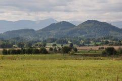 在背景山的领域 免版税图库摄影