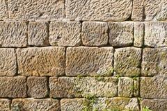 在背景明亮的编译的剑桥世纪教会附近五颜六色的详细资料后抽签物质砂岩纹理使用的墙壁xix 库存图片