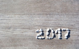 在背景木码头上的2017块被计划的石头 库存照片