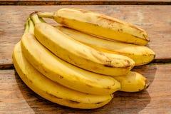 在背景木头的香蕉 库存照片