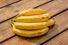 在背景木头的香蕉 免版税库存照片