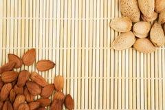 在背景桌布的杏仁,螺母快餐  免版税图库摄影