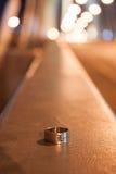 在背景桥梁的银色圆环 免版税库存照片
