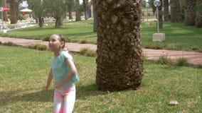 在背景棕榈树的微笑的女孩少年跳舞在夏天停放 股票视频