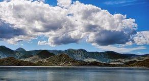 在背景湖和蓝天的山 库存照片