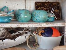 在背景白色破旧的墙壁板浮体漂泊木篮子花瓶keramiek蓝色白色 免版税库存图片