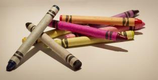 在背景的一只被分类的颜色蜡笔 库存照片
