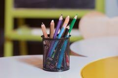 在背景的五颜六色的铅笔蜡笔 上色铅笔被隔绝在白色背景,选择聚焦 库存图片