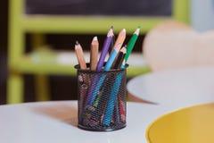 在背景的五颜六色的铅笔蜡笔 上色铅笔被隔绝在白色背景,选择聚焦 免版税库存照片