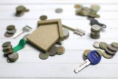 在背景的关键和俄国硬币 免版税图库摄影