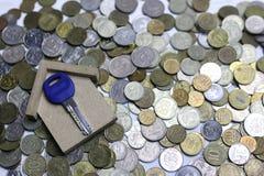 在背景的关键和俄国硬币 库存照片