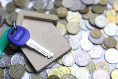 在背景的关键和俄国硬币 免版税库存图片
