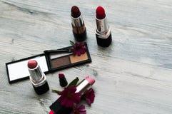 在背景的各种各样的化妆用品 女孩的构成 免版税库存照片