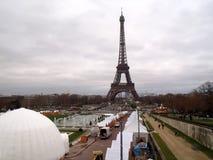 在背景的埃佛尔铁塔 库存照片