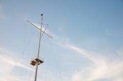 在背景的帆柱船 库存照片