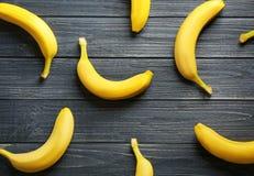 在背景的成熟香蕉 免版税图库摄影