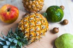 在背景的新鲜的菠萝 免版税库存照片