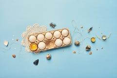 在背景的新鲜的鸡蛋 库存照片