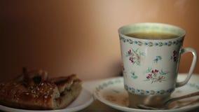 在背景的杯用热的茶和蒸汽 股票录像