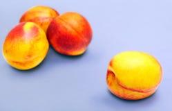 在背景的油桃 免版税库存图片
