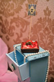 在背景的甜草莓蛋糕 库存图片