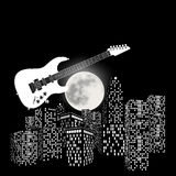 在背景的电吉他月亮和城市 免版税库存照片