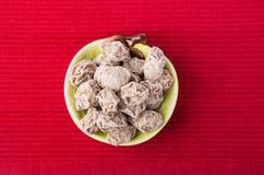 在背景的盐味的李子罗望子树食物快餐 图库摄影