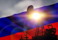 在背景的石油钻井 免版税库存图片