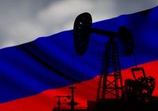 在背景的石油钻井 免版税库存照片