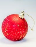 在背景的红色圣诞节球 免版税库存图片