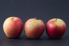 在背景的红色苹果 库存照片