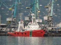在背景的美丽的船蓝色举抬头 免版税库存图片