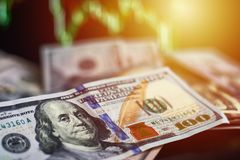 在背景的美元票据与汇率动力学  贸易和金融风险概念 库存图片
