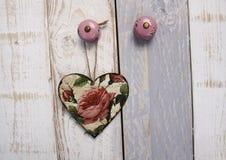 在背景的葡萄酒心脏与装饰纹理 免版税库存图片